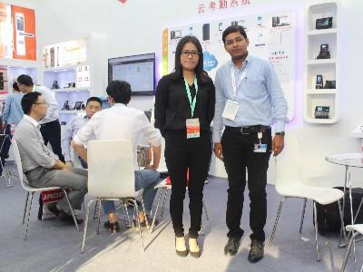 广州真地在深圳安博会上与外国客商合影